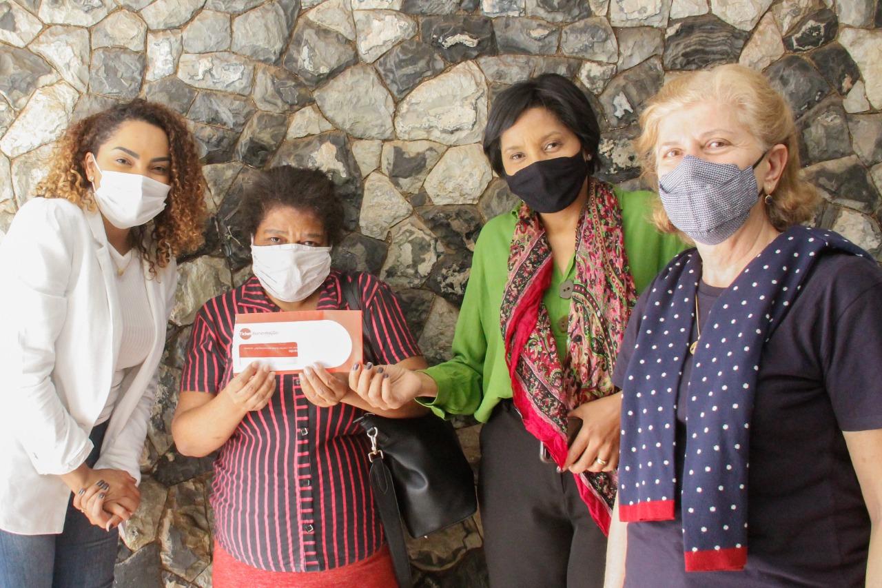 Prefeita Suéllen e Lúcia Rosim, do Fundo Social, distribuem cartões de compras a necessitados