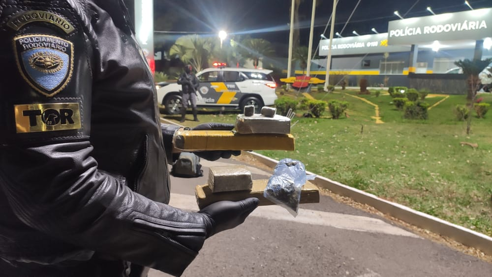 Tático Ostensivo Rodoviário aborda ônibus e prende passageiros que transportava drogas em mochila