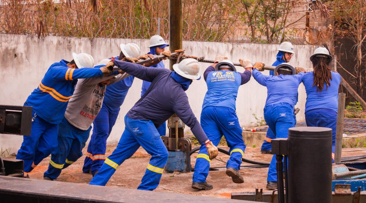 Operários trabalharam com muito empenho para troca de bomba do poço Marabá